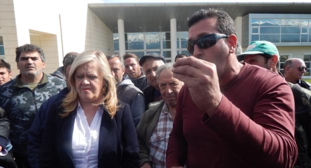 ακροδεξιοί αγρότες μαζί με την κ. Τζανετέα αντιπεριφεριάρχη Πελοποννήσου πηγή: notospress.gr