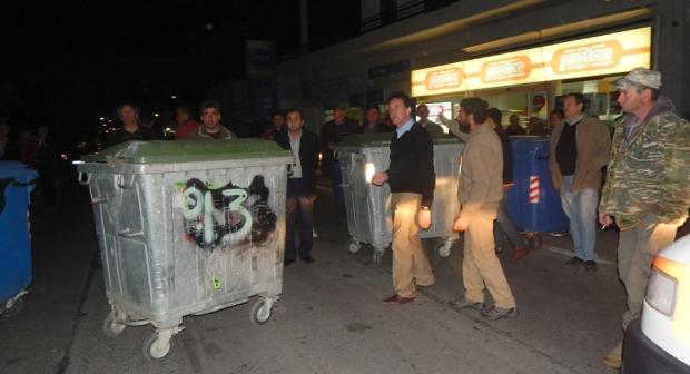 ρατσιστές κάτοικοι φτιάχνουν οδοφράγματα στα σκατοχωριά λίγο έξω από την Σπάρτη