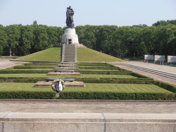 Το μνημείο στο Βερολίνο αφιερωμένο στον κόκκινο στρατό και την αντιφασιστική νίκη πηγη φωτογραφίας: αρχείο της αυτόνομης πρωτοβουλίας ενάντια στην λήθη