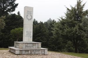 """Το μνημείο της μάχης του Κοσμά ή μάχη Φεστούτσι λίγο πιο έξω από το χωριό. πηγή φωτογραφίας """"αρχείο της ΑΠΕΛ"""""""